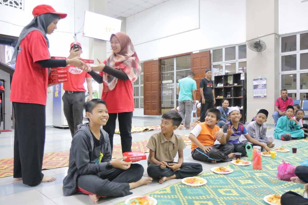 Us Pizza Malaysia CSR Masjid Daerah Seberang Perai Tengah Team